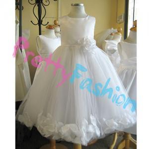 платье с белыми лепестками роз